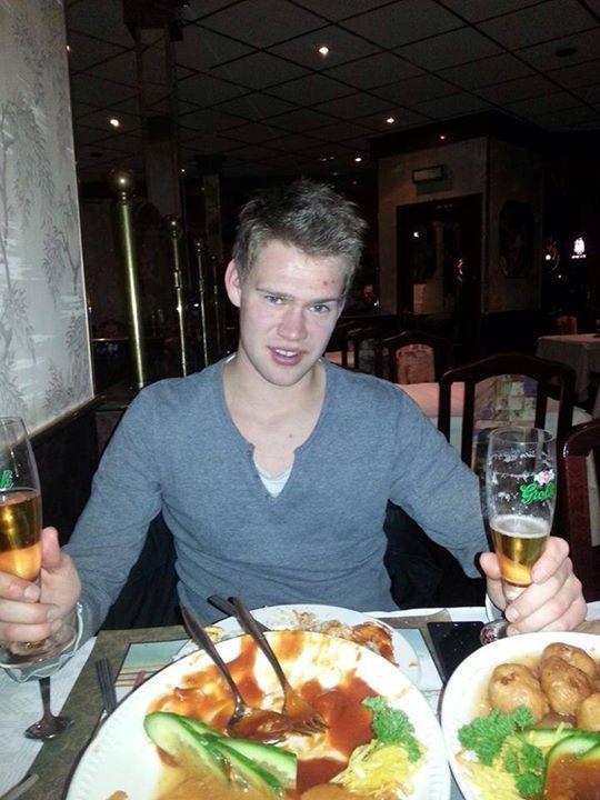 Armando de Jong met z'n maten, lekker aan 't Chinese voer in Hengelo!